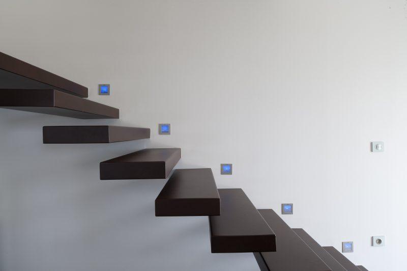 Escalier contemporain et éclairage